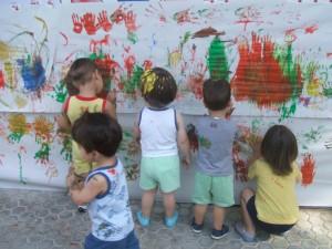 Alumnos realizando un mural